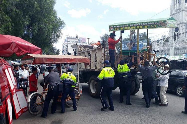 Según autoridades de salud la comida que se vende afuera del hospital está contaminada.(Prensa Libre: Carlos Ventura)
