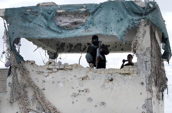 Un agente de seguridad afgana asegura el lugar tras el ataque.