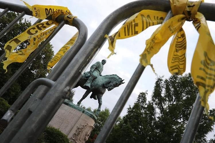 Estatua del confederado Gen. Robert E. Lee, defensor de la esclavitud, y por la que surgieron las violentas protestas en Charlottesville, Virginia. (Foto Prensa Libre: AFP)