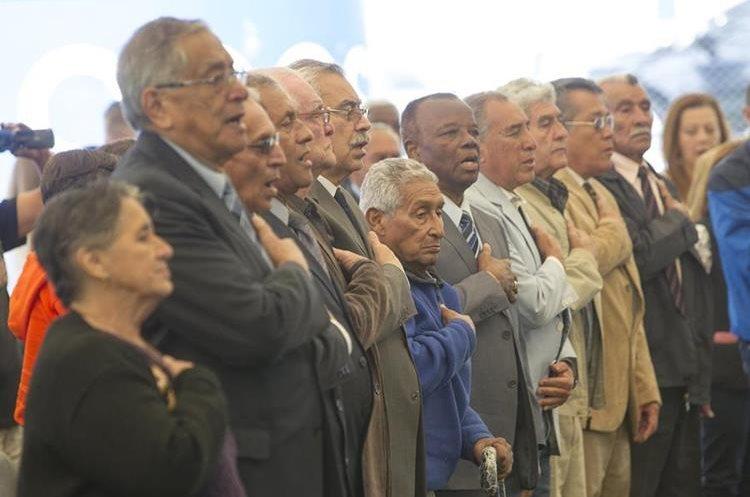 Los campeones del Norceca de 1,967 entonan el Himno Nacional de Guatemala.