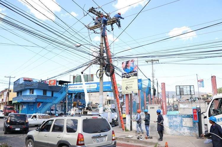 Empleados municipales trabajan reparar los cables de un poste de la 29 avenida, zona 7. (Foto Prensa Libre: María Longo)