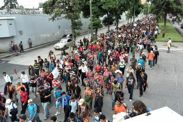 <p>Manifestantes atraviesan la avenida Reforma. (Foto Prensa Libre: Erick Ávila)</p>