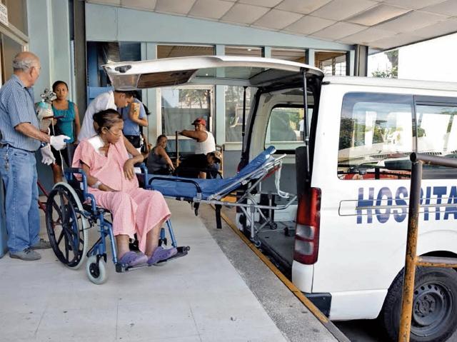 Paciente con problemas renales es trasladada en ambulancia desde el Hospital Regional de Escuintla a la sede de Unaerc, ubicada en la zona 1 de la cabecera. (Foto Prensa Libre: Enrique Paredes)