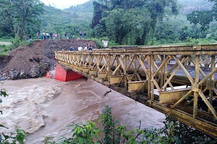El Puente sobre el Río Zarco colapsó el sábado ante las torrenciales lluvias en EL Estor, Izabal. (Foto Prensa Libre: Dony Stewart)