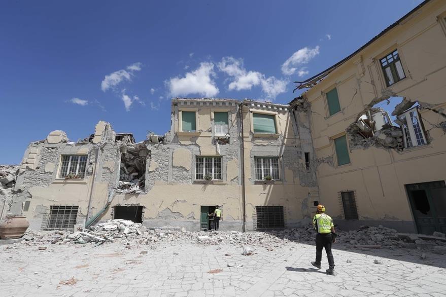 Un edificio de Amatrice destruido por el potente sismo. (Foto Prensa Libre: AP).