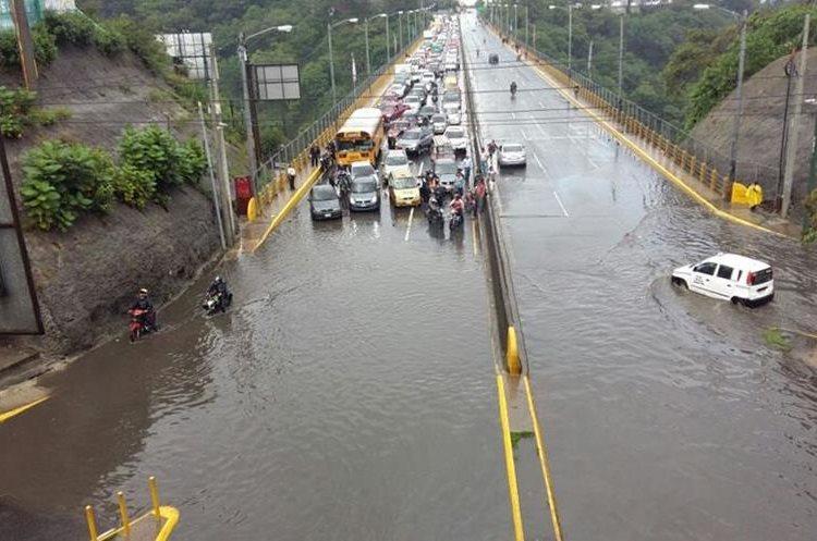 Inundación conexión Naranjo-Periférico. Foto Prensa Libre: @lichalopz
