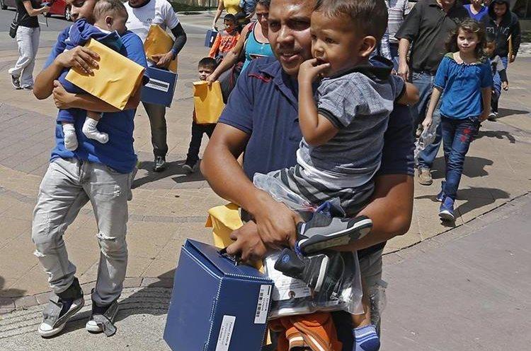 Indocumentados con sus hijos en un albergue de McAllen, Texas. (Foto Prensa Libre: EFE)