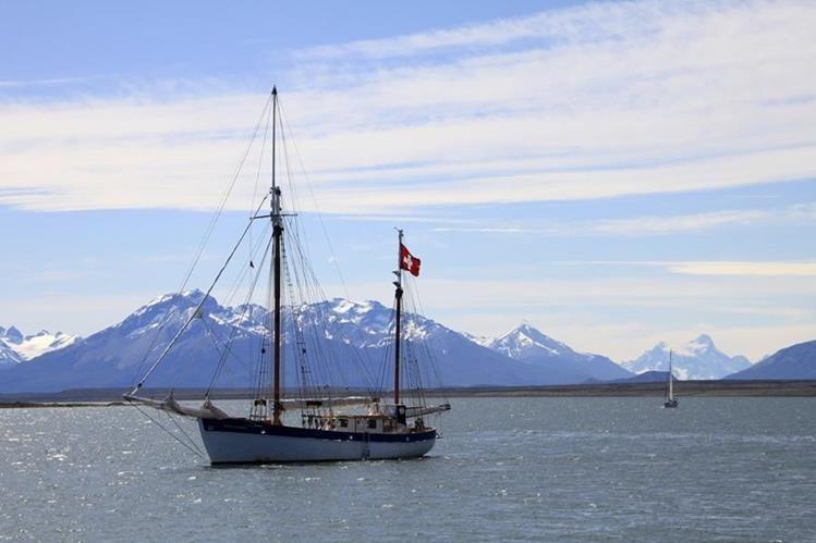 """El velero suizo """"Fleur de passion"""" navegando al sur de la costa de Chile. (Foto Prensa Libre: EFE)."""