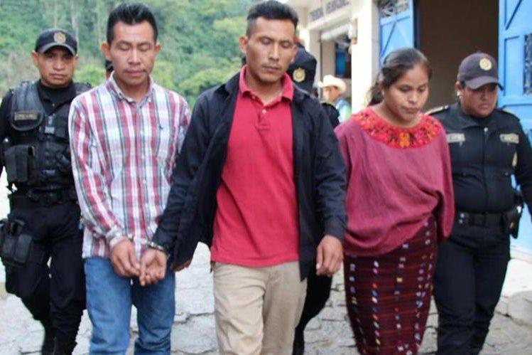 Los tres capturados son custodiados por agentes de agentes de la PNC. (Foto Prensa Libre: Mike Castillo)