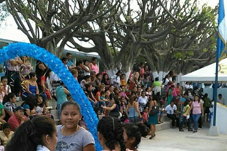 Padres de familia y estudiantes de Malacatán, San Marcos, recibieron al presidente Jimmy Morales para inaugurar el ciclo escolar. (Foto Prensa Libre: Alexánder Coyoy)