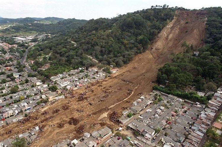 Un gran alud sepultó una colonia en Santa Tecla el 13 de enero de 2001. (Foto: EFE)