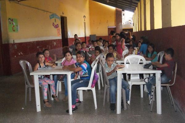 <p>Niños esperan recibir clases. (Foto Prensa Libre: E. Paxtor)</p>