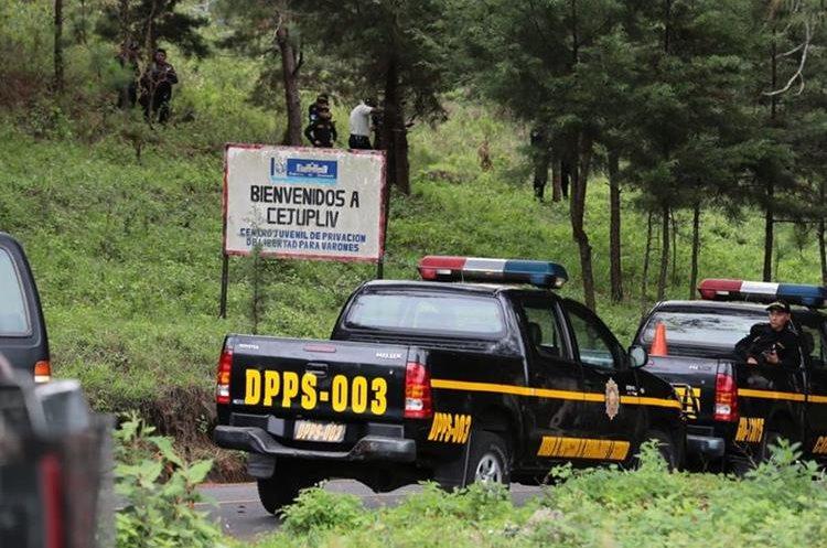 Policías fueron alertados del motín y llegaron al lugar para retomar el control en Etapa 2. (Foto Prensa Libre: Álvaro Interiano)