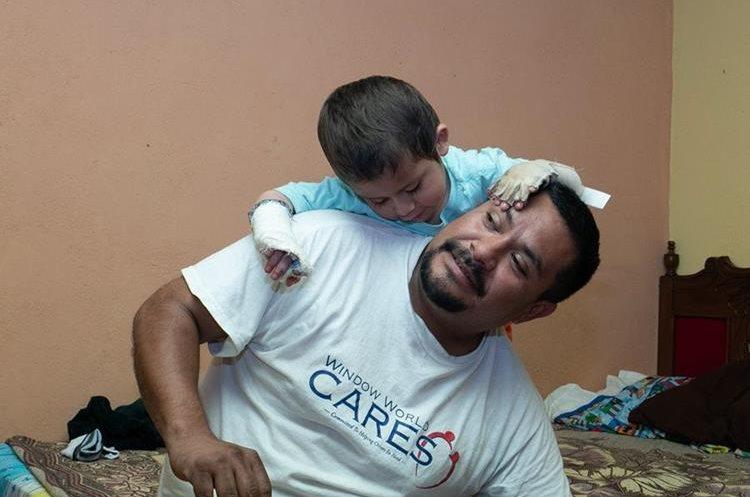 Manuel Hernández interactúa con su hijo Ignacio mientras tratan de superar las pérdidas. (Foto Prensa Libre: Juan Diego González)