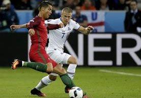 Cristiano Ronaldo en acción durante el partido de este martes. (Foto Prensa Libre: EFE)