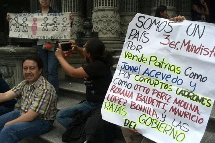 Un grupo de personas protesta en las gradas del Palacio Nacional de la Cultura, exige la aprobación de las reformas electorales y la renuncia de Otto Pérez Molina. (Foto Prensa Libre: Erick Ávila)