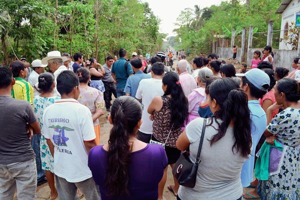 Pobladores de la cabecera de Retalhuleu discuten con integrantes del Cocode, debido al cierre de una calle. (Foto Prensa Libre: Jorge Tizol)