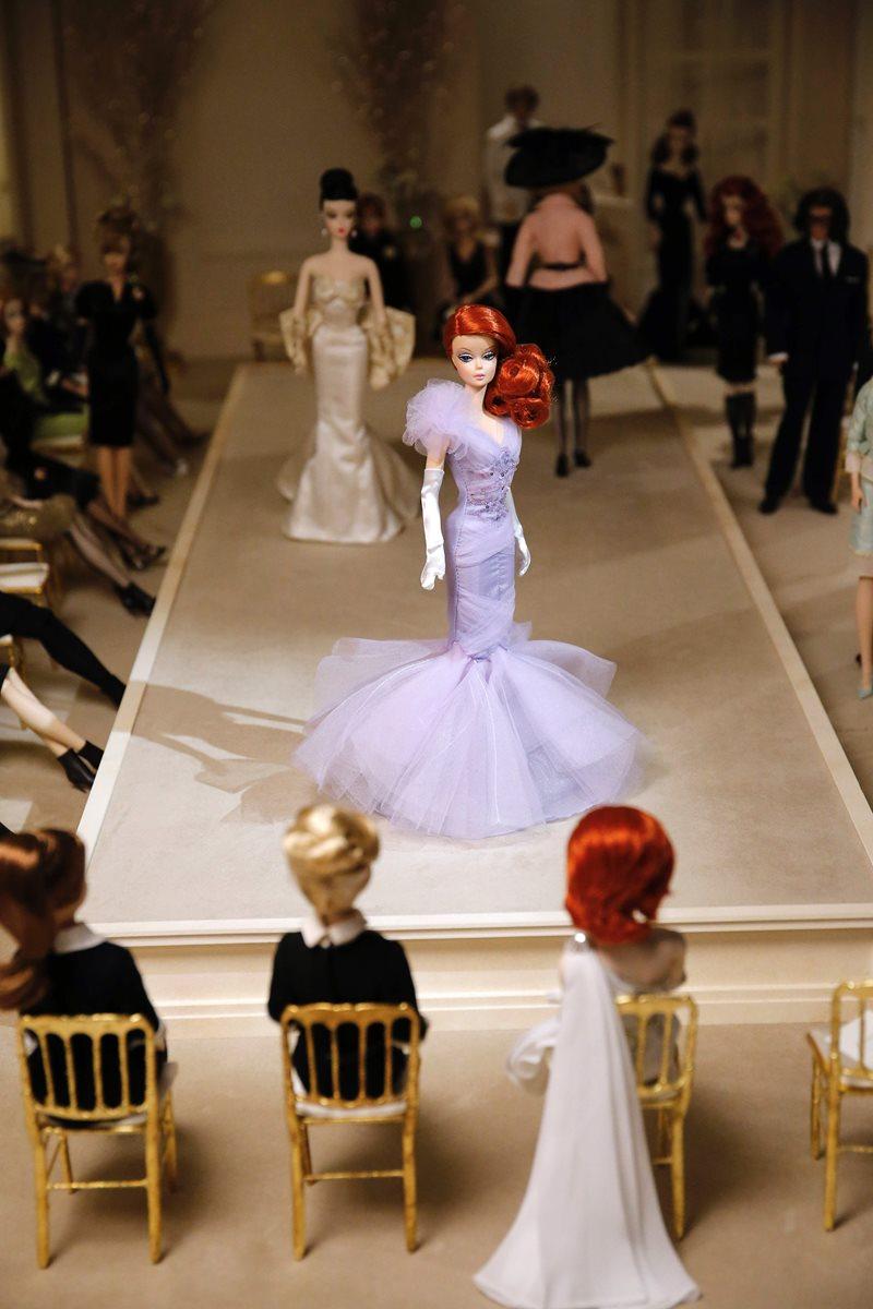 La icónica muñeca no podía faltar a importantes pasarelas de moda.