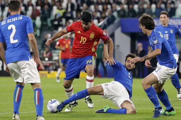 La selección de Italia rescató el empate sobre el final del partido contra España gracias a un penalti cobrado por Daniele de Rossi. (Foto Prensa Libre: AP)