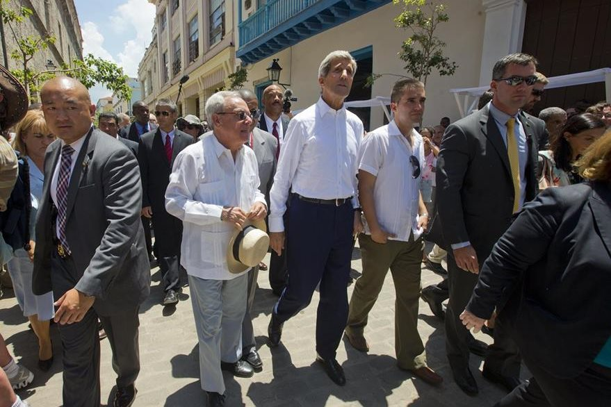 El secretario de Estado de Estados Unidos, John Kerry, y personalidades cubanas durante el paseo por el centro histórico de La Habana. (Foto Prensa Libre: AP).