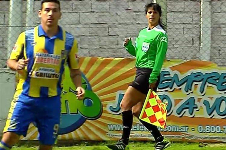 La árbitra de línea María Eugenia Rocco fue agredida por el futbolista Emmanuel Francés. (Foto Prensa Libre: @CentroSportR).