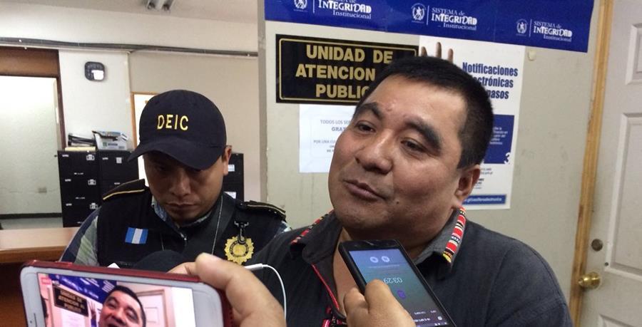 Bernardo Caal denunció que es una persecución política por defender los recursos naturales y al pueblo q'eqchi'. (Foto Prensa Libre: Eduardo Sam)