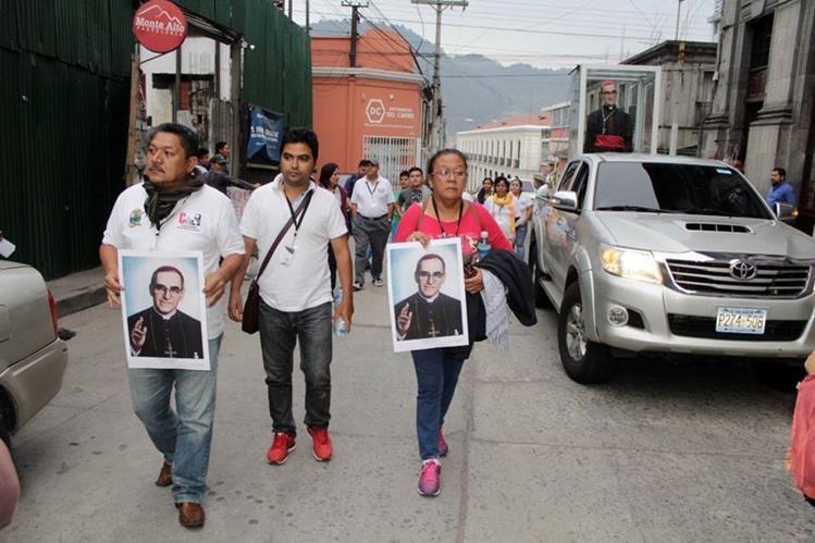 Peregrinos a su paso por la ciudad de Quetzaltenango. (Foto Prensa Libre: María José Longo).