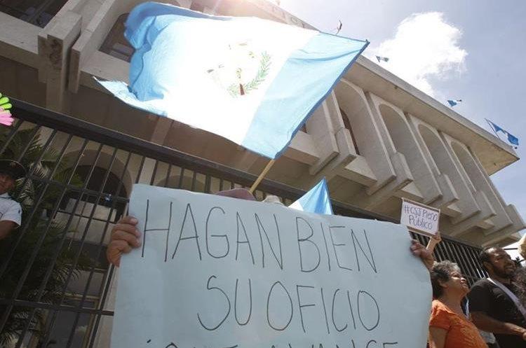 Grupos en contra de Iván Velásquez, jefe de la CICIG, han protestado frente a esta entidad en la zona 14 por varios días.