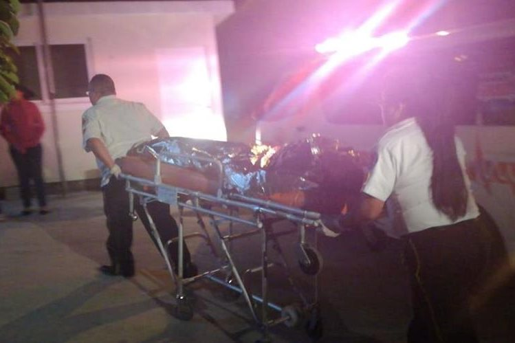 Varios ataques armados convirtieron este martes en un día violento. Socorristas trasladan a una persona herida de bala en San José Pinula. (Foto: Bomberos Voluntarios)