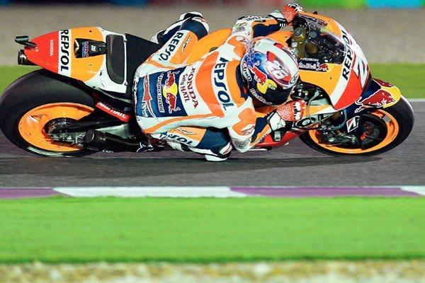 Dani Pedrosa en acción durante el Grand Premio de Catar en el circuito de Doha. (Foto Prensa Libre: EFE)