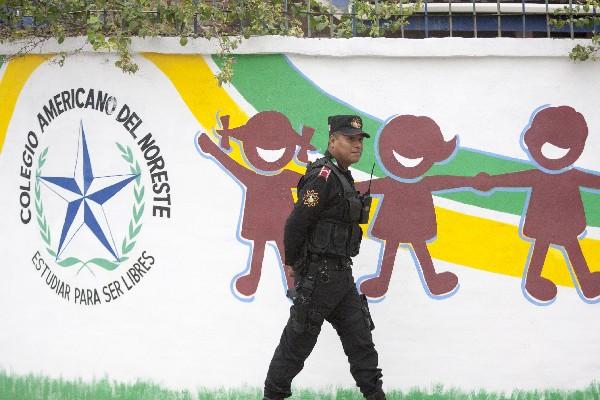 Un policía camina fuera de una escuela después de que un estudiante abrió fuego contra sus compañeros de clase.(AFP).