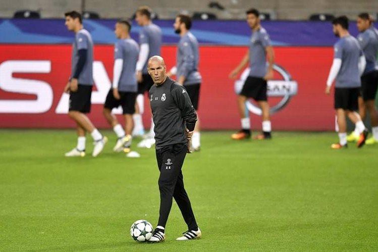 Luego de la conferencia de prensa, Zinedine Zidane dirigió el entrenamiento del Real Madrid. (Foto Prensa Libre: AP)