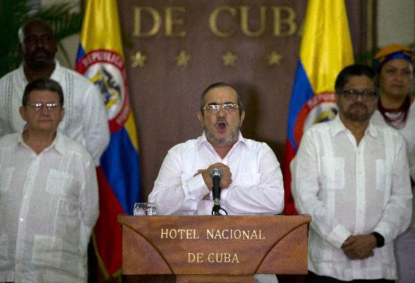 Rodrigo Londoño(d), alias declaró el alto el fuego definitivo en Colombia.(AP).