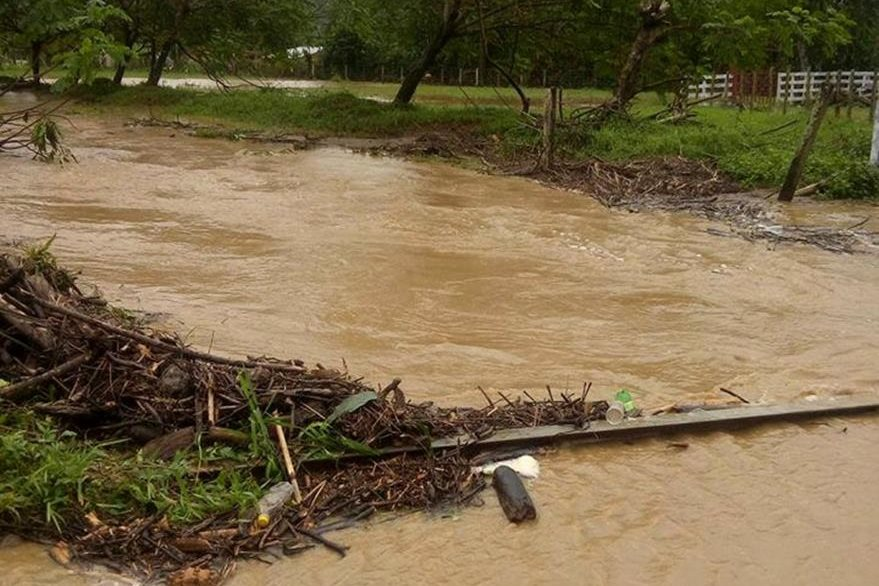 Desborde que riachuelos inunda comunidad Arapahoe Viejo, Morales. (Foto Prensa Libre: Dony Stewart)