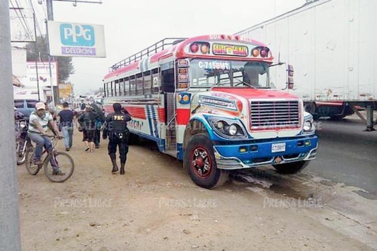 Bus que atacado a balazos en el km 53 de la ruta Interamericana. (Foto Prensa Libre: Víctor Chamalé)