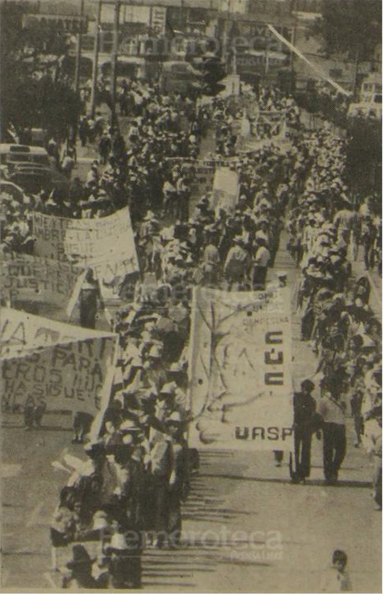 Campesinos se dirigen hacia el Palacio Nacional para pedir la disolución de las Patrullas de Autodefensa Civil. (Foto: Hemeroteca PL)