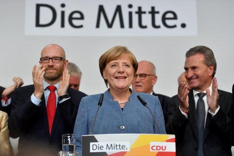 Angela Merkel, de la Unión Demócrata Cristiana, sonríe en el evento electoral de la CDU en Berlín, Alemania, el 24 de septiembre último (Foto Prensa Libre: Oliver Lang).