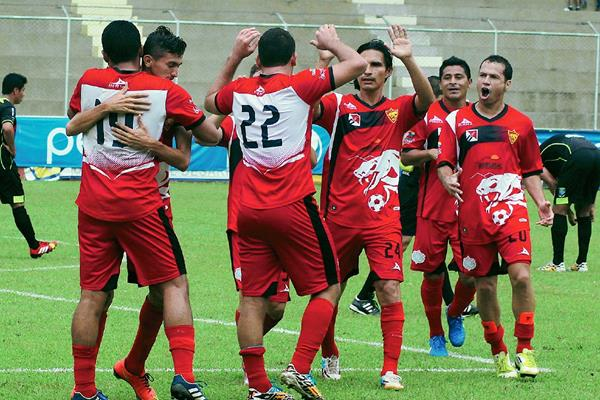 Coatepeque celebra su victoria ante Xelajú. (Foto Prensa Libre: Alexander Coyoy)