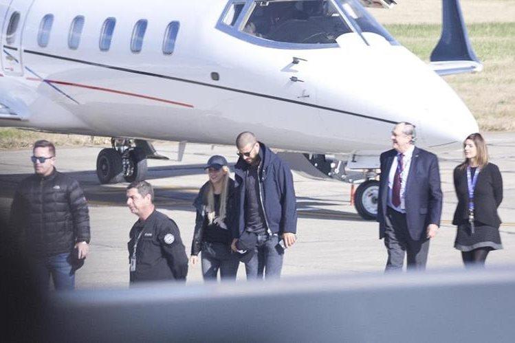 El jugador del FC Barcelona Gerard Piqué (c-d) y su pareja, la cantante colombiana Shakira (c-i), llegan al aeropuerto de Rosario para asistir al matrimonio del futbolista argentino y también jugador del Barcelona Lionel Messi y Antonela Roccuzzo. (Foto Prensa Libre: EFE)