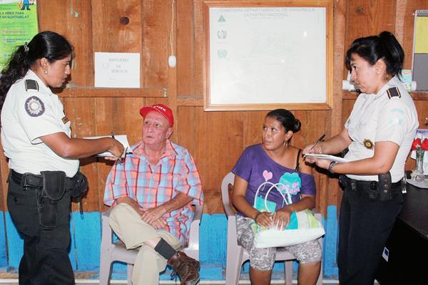 Agentes de la PNC resguardan al exconcejal Max Cordón y a Erika Osorio, en la cabecera de Chiquimula. (Foto Prensa Libre)