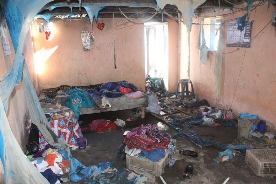 Pertenencias quedaron desordenadas a causa del incendio en la casa de los menores. (Foto Prensa Libre: Ángel Julajuj).
