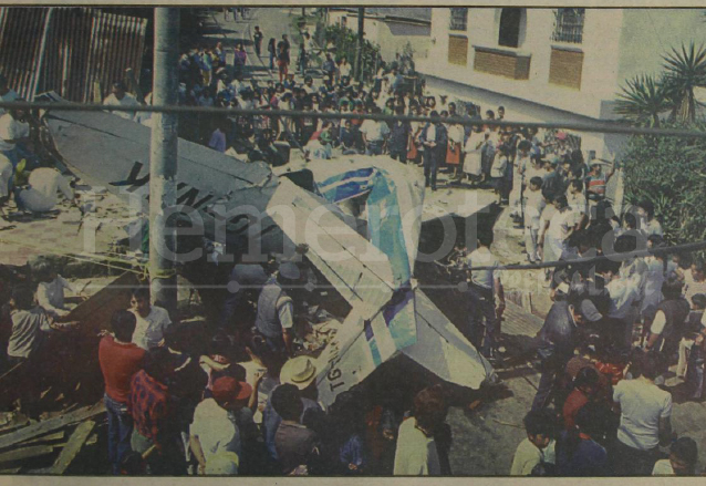 Detalle de la portada de Prensa Libre del 13 de septiembre de 1992 donde se informa del aparatoso accidente aéreo en el que pereció una familia.  (Foto: Hemeroteca PL)