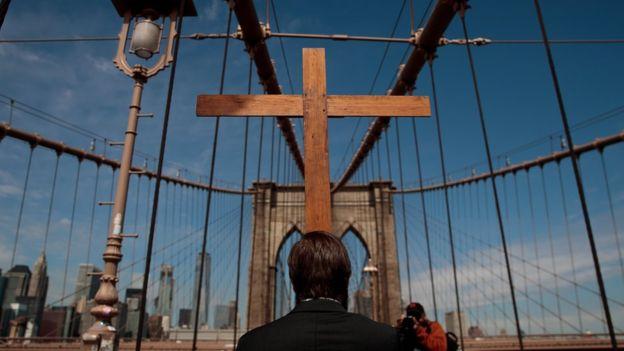 Las procesiones por Semana Santa también pasaron por el famoso puente de Brooklyn, en Nueva York. (Foto Prensa Libre: Getty Images)