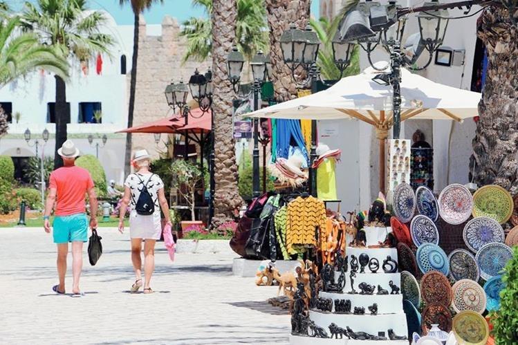 Cientos de turistas abandonan Túnez tras el sangriento atentado del viernes último. (Foto Prensa Libre: EFE)