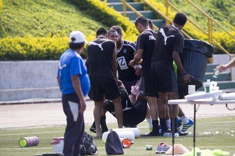La tradicional celebración de los jugadores cremas en el cumpleaños de Carlos Mejia. (Foto Prensa Libre: Norvin Mendoza).