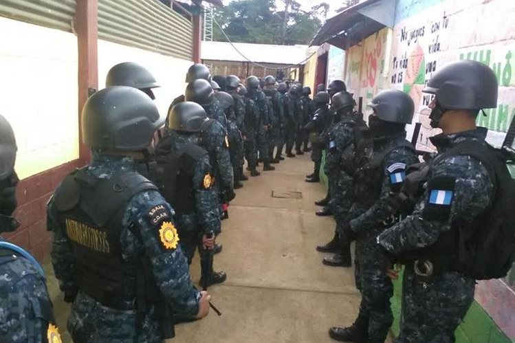 Agentes de la Policía Nacional Civil participan en la requisa en Pavoncito. (Foto Prensa Libre: PNC)