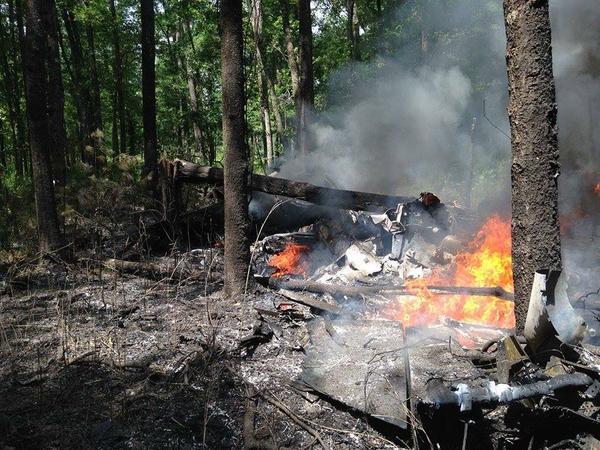 Partes del avión en llamas se observa en la fotografía que fue tuiteada por el usuario @Sctvman. (Foto: @Sctvman).