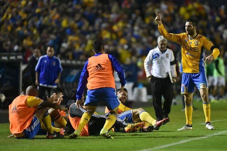 Gignac festejó con Miltonseñal en agradecimiento a John quien le devolvió la confianza goleadora. (Foto Prensa Libre: EFE)
