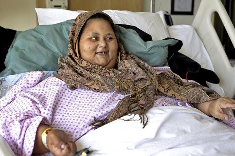 """Eman Abdul Atti conocida como """"la mujer más obesa del mundo"""", habla con una enfermera. (AP)."""