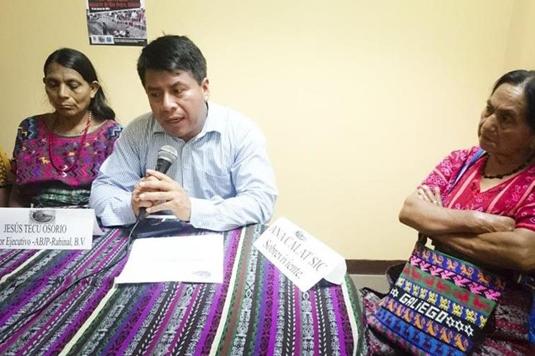 Jesús Tecú, junto a sobrevivientes de la masacre de Chichupac, Rabinal, Baja Verapaz. (Foto Prensa Libre: Carlos Grave)
